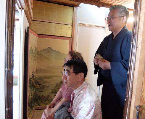 手前のお客様は清水様 右は韓国和敬会会長大石権雅