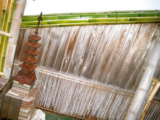 斜め樋を割竹で制作