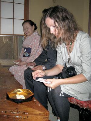 ジョアンナさん干菓子取る、正客が厳しく指導