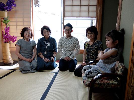 前田慶子様(左から2番目)