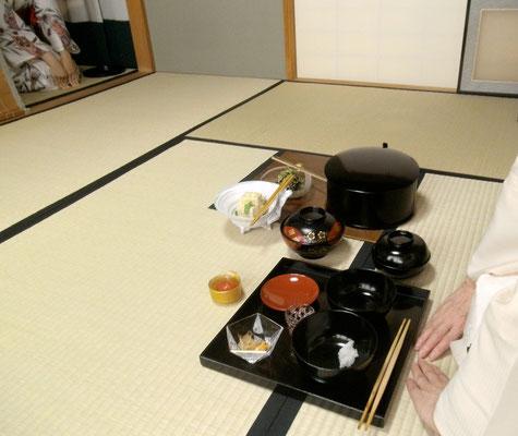 善向こう岩田藤七ガラス手付鉢 中身は雅由秘伝の料理です