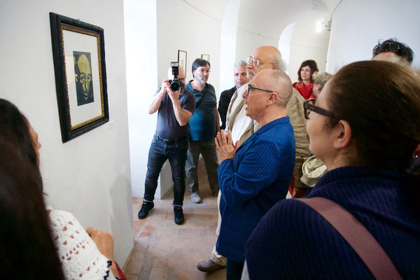 """La visita alla mostra """"Artisti dell'Olocausto"""" nel corridoio circolare della Rocca di Sassocorvaro;"""