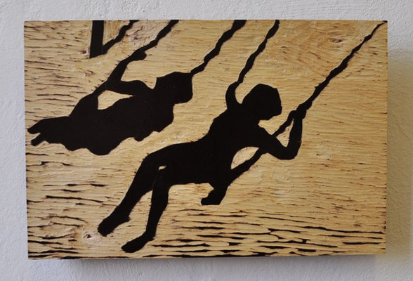 """Maruska Mazza, """"Two friends on the swing"""", carving on the wood, 27x17,50 cm"""