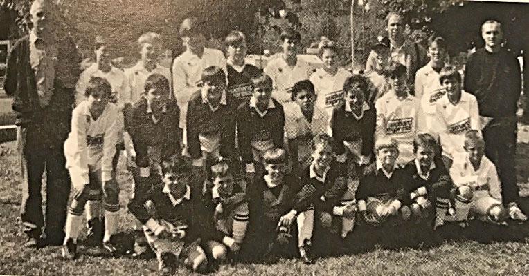 Die D-Jugend (D1, D2 und D3) mit Trainer Hubert Östreich und den Betreuern Arno Sommer und Fritz Pfeifer