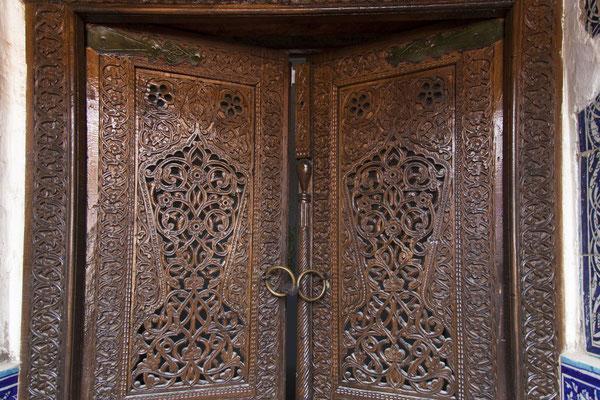 Bitte eintreten: traditionelle Holztür in Khiva