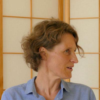 Gesa Pfitzinger hat ihre Praxis für körperorientierte Psychotherapie in Mülheim an der Ruhr. In der Traumatherapie arbeitet sie neben den Methoden der kreativen Therapie auch mit Somatic Experiencing (SE).