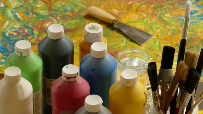 Kunsttherapie ist hilfreich in der Traumatherapie und bei Posttraumatischen Belastungsstörungen (PTBS). Da wo Worte allein nicht reichen, hilft der Ausdruck über kreative Medien, um Blockaden und Muster aufzuweichen. Sie hilft auch bei Flugangst.