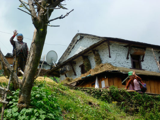 Nepal Earthquake Support by Yoga Bingen BE YOGI Yoga with Beate Laudien - women waving
