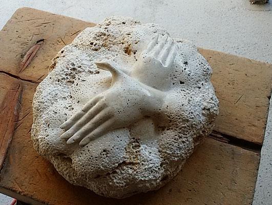 市川明廣 トラバーチン石 H14×W35×D33cm 『手あそび』