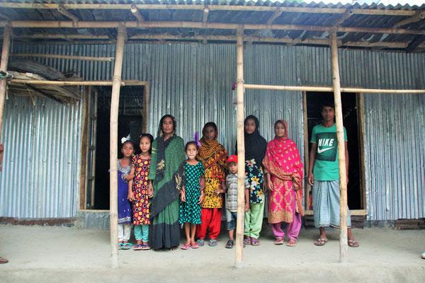 Arme alleinerziehende Mutter mit ihren Kindern -8 von 9 Kindern auf diesem Bild
