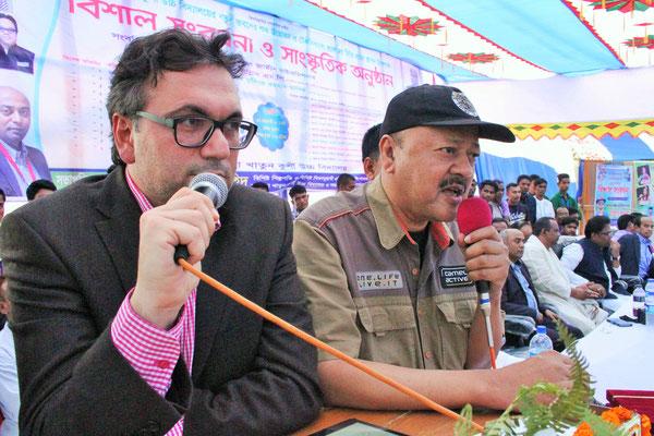 Die Rede von Dr. Cil wird ins Bengalische übersetzt