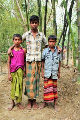 Der Junge mit seinen zwei jüngeren Brüdern - Waisen