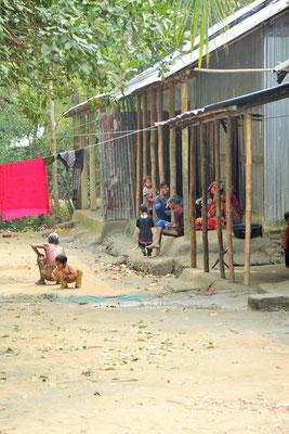 Wohnbaracken im Dorf