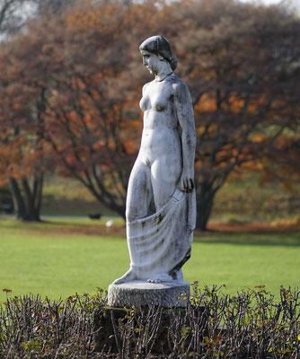 Fritz Nuss: Frau mit Tuch/Stehende