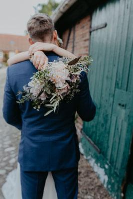 Brautpaarshooting Scheune Brautstrauss