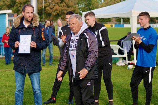Rainer Zobel (Mitte) bedankt sich bei E-Mädchen-Trainer Daniel Fassnauer (l.) für die schöne Woche beim TuS