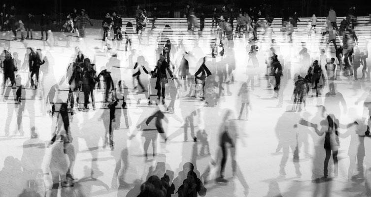 """Auf der Eisbahn, Annahme beim fotoforum Award 4/2020, Menschen, Kategorie """"In Bewegung"""""""