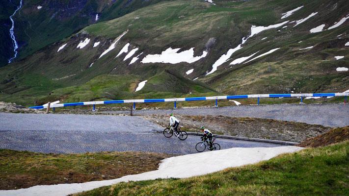 """Das Finale des Rennen - die Pflasterstraße der Edelweißspitze. Das ist ein Muss zusammen als Team hinauf zu """"fahren"""". (mittlerweile treten wir eher gegen das Umkippen als um voranzukommen)"""