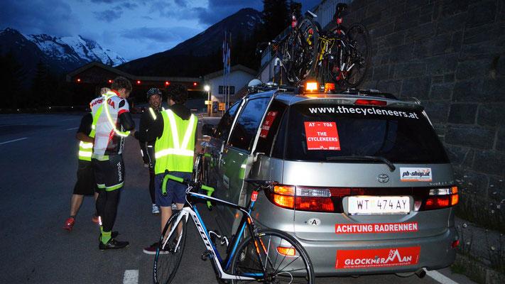 Der letzte Fahrerwechsel unmittelbar vor der Mautstelle Heiligenblut. Dominic macht sich bereit für das Finale des Rennen - die Großglockner Hochalpenstraße.