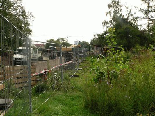 Die Baustraße hinter dem Zaun