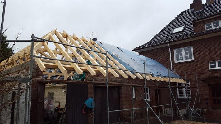 Anbau mit neuem Dachstuhl und Dacheindeckung. Sämtliche Arbeiten aus einer Hand
