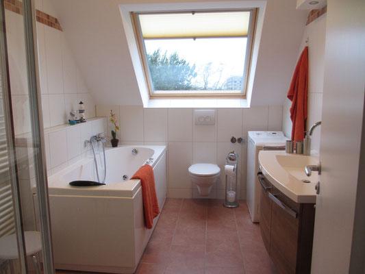 Bad mit großem Tageslichtfenster