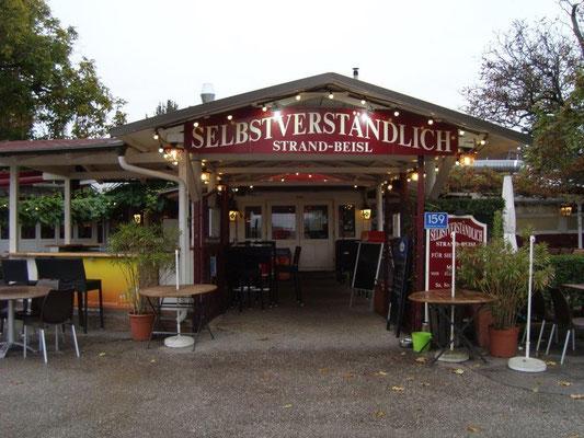 Der Eingang zum Strandbeisl 'Selbstverständlich'. Ein gemütliches und gepflegtes Restaurant mit einem besonders freundlichen Personal.