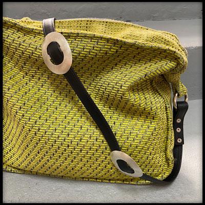 Hier die elegante Variante mit genähtem Leder und schlichten ovalen Conchos.