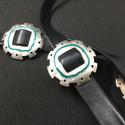 Die Cosmicmate Variante mit glattem Leder und türkisfarbenem Emaille.