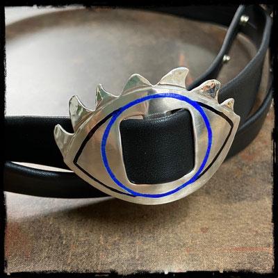 Ebenfalls glattes Leder mit der gewünschten Augenschnalle und blauem und schwarzem Emaille.