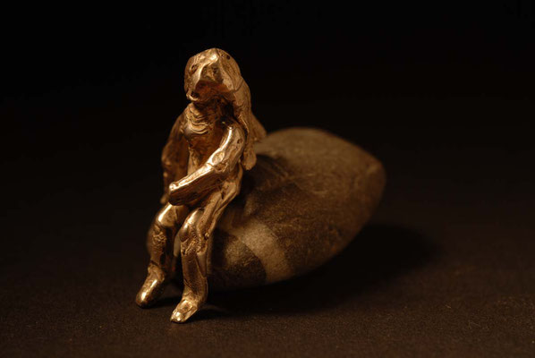 Frau auf Stein