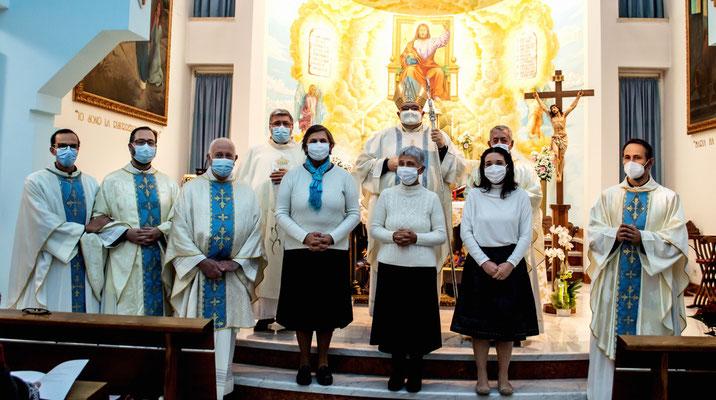 Mons. Mauro Parmeggiani con Mariagrazia, Rosi, Daniela e i sacerdoti che hanno concelebrato