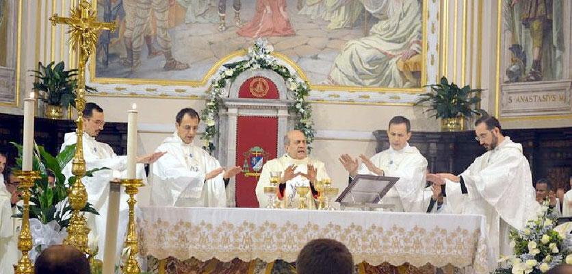Da sx verso dx: don Fabrizio, don Loris, sua Ecc.za Mons Sigalini, don Alfredo, don Alessandro nel momento della consacrazione