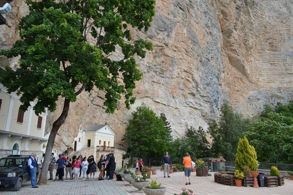 il Santuario posto sotto la grande parete di roccia  alta più di 300 mentri