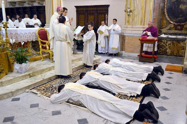 Il Vescovo dice la preghiera finale dopo le litanie dei santi - sullo sfondo Mons. Andrea Gemma, vescovo emerito di Isernia