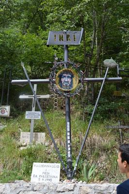 non è un cimitero, ma croci poste dai pellegrini a testimonianza delle centinaia di paesi del Lazio e Abruzzo