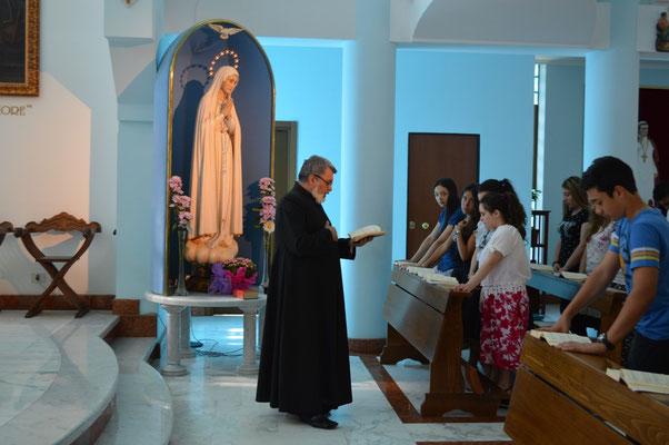 Iniziamo con un momento di preghiera il mattino e la santa Messa la sera animata dal coro