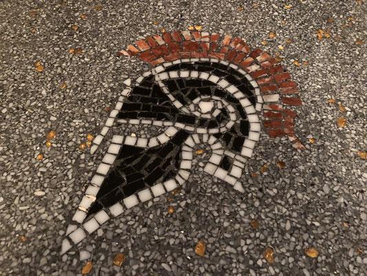 Mosaikarbeiten im Terrazzoboden von Spartiat