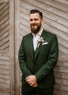Heiraten bei Regen, Boho wedding, Hochzeitsfotograf Niederösterreich, grüner Anzug Bräutigam