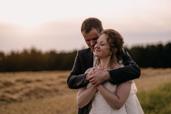 Brautpaar, Sonnenuntergang, Liebe, glücklich, Hochzeitsfotograf Wien, lachen