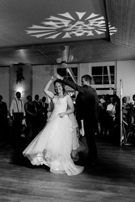 Ideen Hochzeitstanz, Tanzen bei der Hochzeit, glückliches Brautpaar, spaß bei der Hochzeit