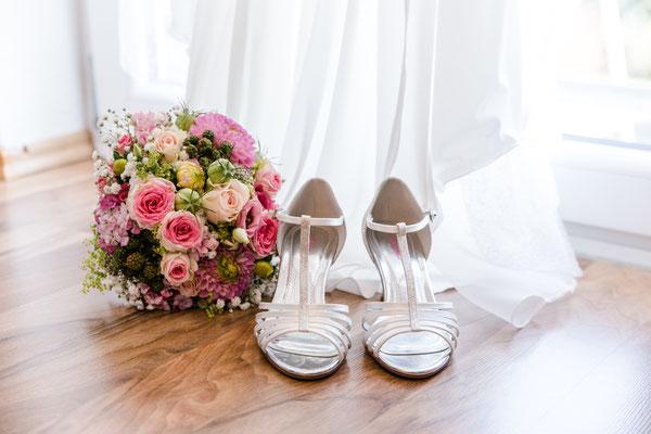 Steffis Brautschuhe und Brautstrauss