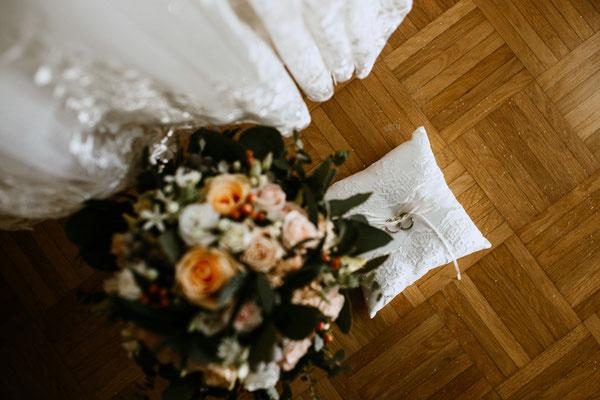 Ringkissen und Brautstrauß