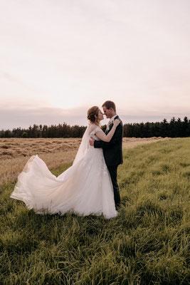 romantisches Brautpaarshooting mit Prinzessinenkleid zum Sonnenuntergang, Niederösterreich, Schloss Hof