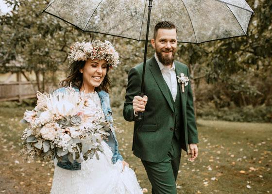 Hochzeit im Regen, Regenschirm Brautpaar, Niederösterreich Fotograf, glückliches Brautpaar