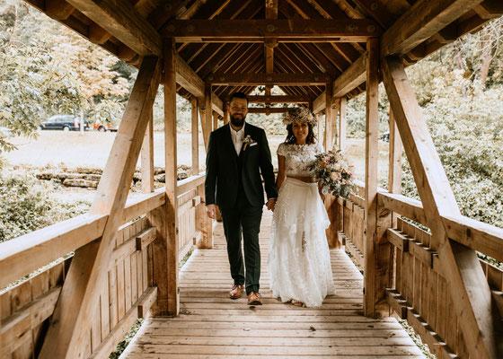 Hochzeitsfotograf - Brautpaarfotos auf Brücke in Villingen-Schwenningen, Niederösterreich, Wien, Burgenland