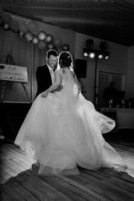 Tanzen mit Prinzessinenkleid, Braut, Brautkleid, Brautkleid mit Tüll, drehen mit Brautkleid