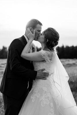 Brautpaarshooting am Feld zum Sonnenuntergang, Liebe, glücklich, Hochzeitsfotograf Niederösterreich