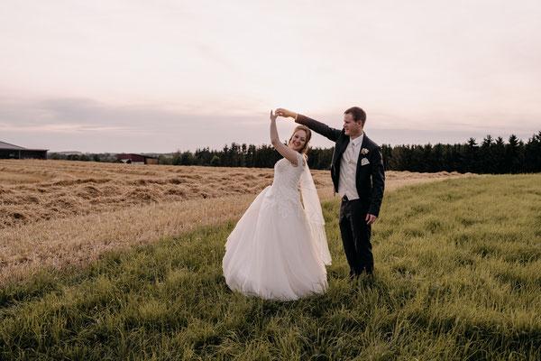 Brautpaarfotos im Feld zum Sonnenuntergang, Schloss Margarethen am Moos