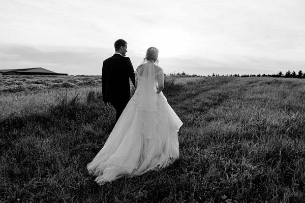 Brautpaarshooting am Feld zum Sonnenuntergang, Liebe, glücklich, Hochzeitsfotograf Wien